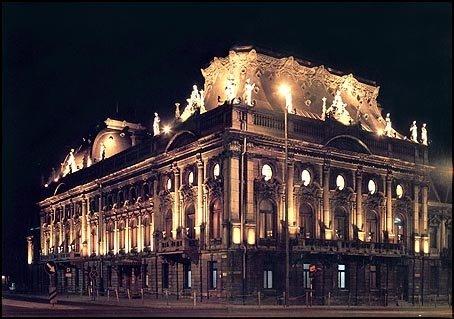 Muzeum Miasta Łodzi gmach nocą