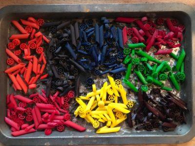 kolorowe makarony na blasze