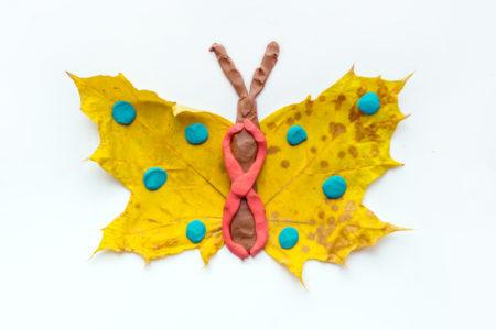 Zabawa plastyczna z jesiennych liści. Zabawy dla dzieci