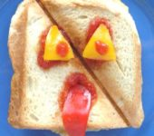 Straszne tosty - otwory na oczy i uszy, trochę ketchupu i gotowe!