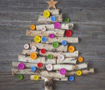 Choinka z patyków i guzików, świąteczne ozdoby zabawy dla dzieci