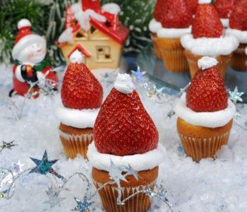 Przepis na babeczki-muffiny z truskawkowymi czapkami – Mikołaje