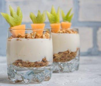 Przepis na zdrowy deserek z jogurtu i granoli
