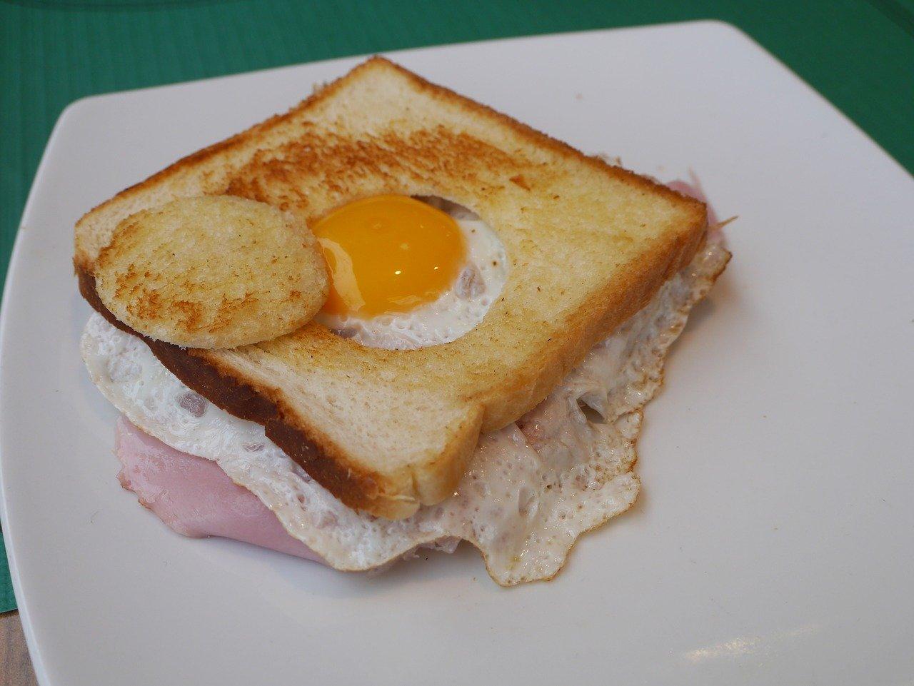 Jajko sadzone na toście kanapka dl dziecka