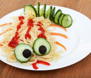 Smaczna gąsienica – spaghetti z sosem pomidorowym