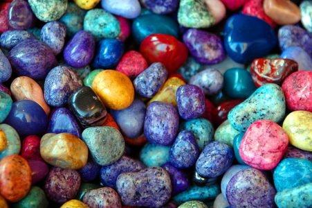 drogocenne kamienie malowane kamyki zabawa plastyczna dla dzieci