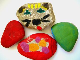 Malowane kamyki zabawa plastyczna dla dzieci