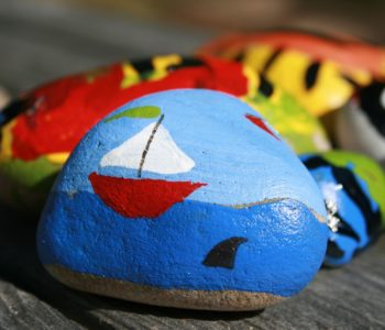 Letnia zabawa – malowanie kamyków