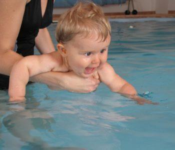 Niemowlę w basenie. szkoły pływania dla niemowląt