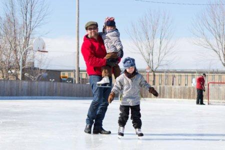 rodzina na łyżwach