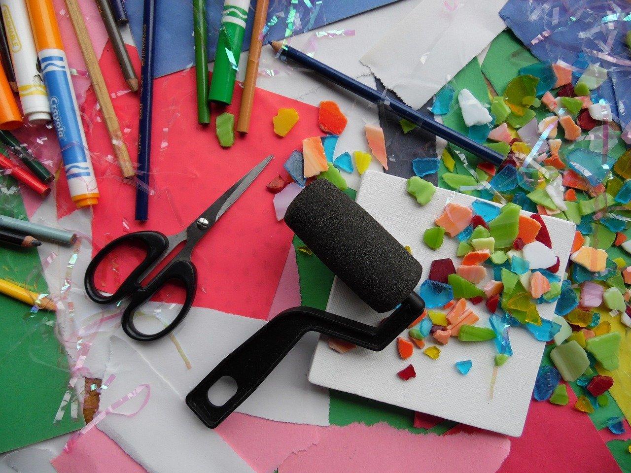 pixabay sztuka przybory szkolne nożyczki kredki