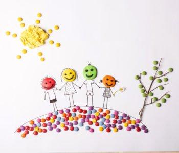 Rodzina na wiosennym spacerze – plastelina, cukierki, papierki