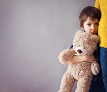 Nieśmiałość utrudnia dziecku życie. Jak mu pomóc?
