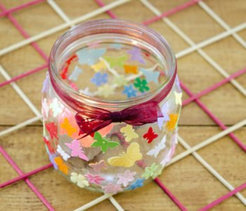 Prosty świecznik z kolorowymi naklejkami