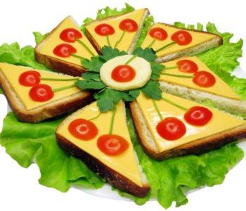 talerz z kanapkami