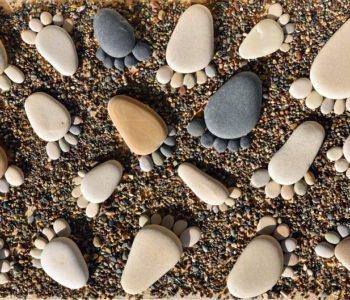 zabawa w układanie kamieni - ślady stóp