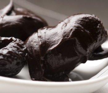 Przepis na suszone śliwki w czekoladzie.
