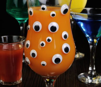 Łatwy przepis na straszny napój na Halloween