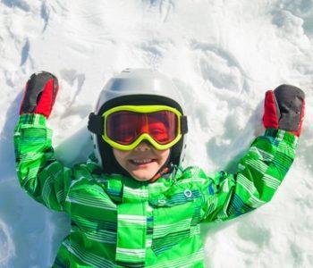 Zimowa nauka jazdy na nartach dziecka