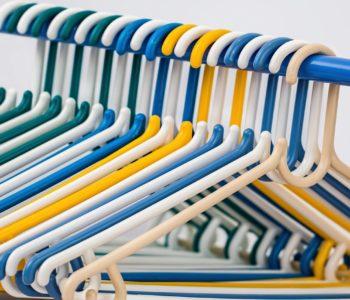 wieszaki ubrania kolory