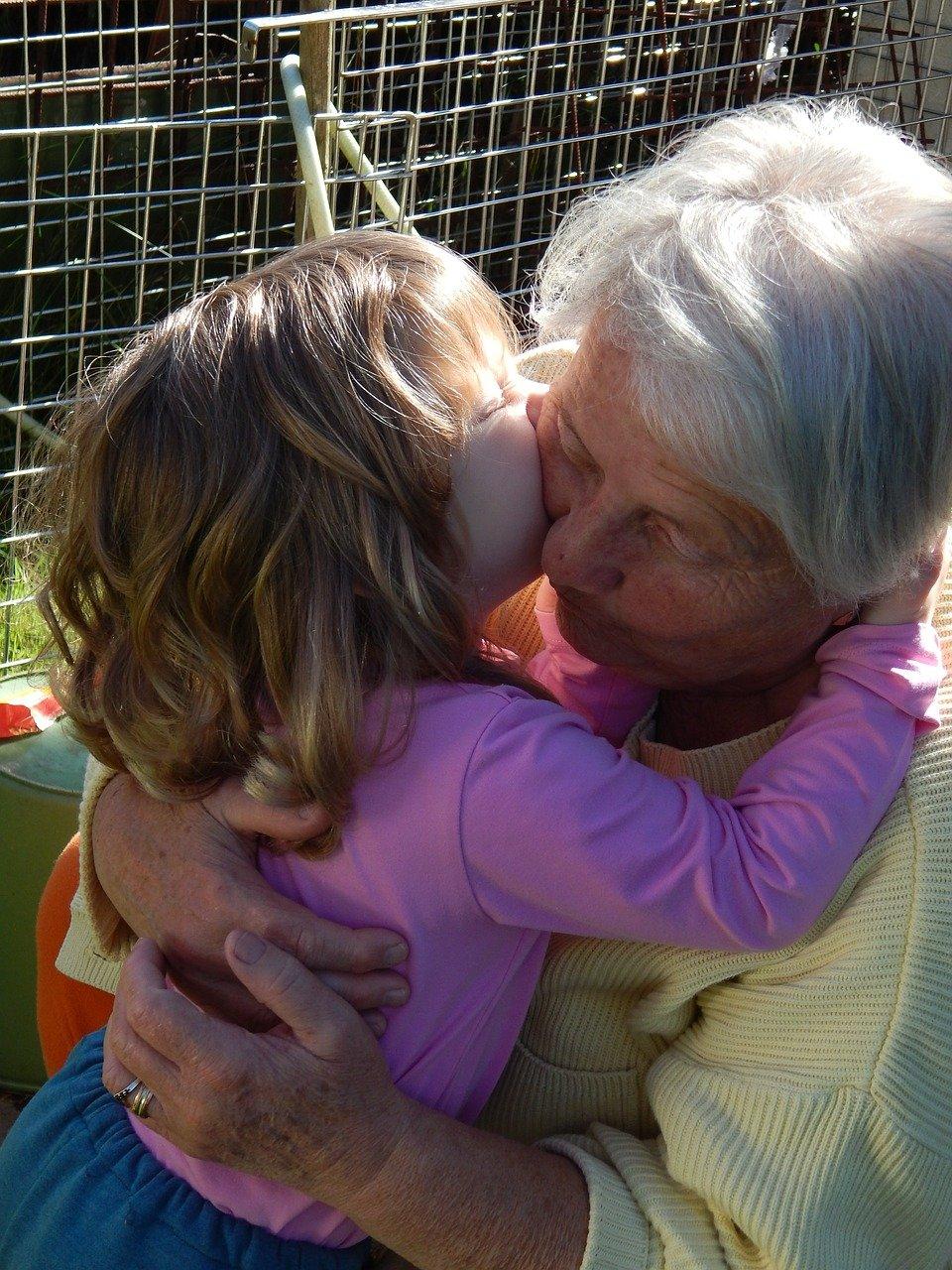 pixabay babcia wnuczka pocałunek