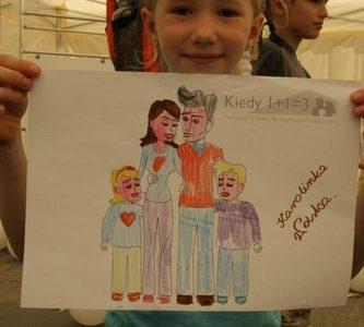Dziewczynka z rysunkiem rodziny.