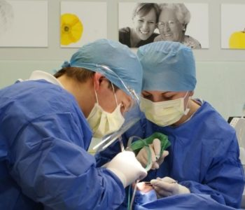 Gaz-rozweselający-znieczuleniem-w-gabinecie-dentysty