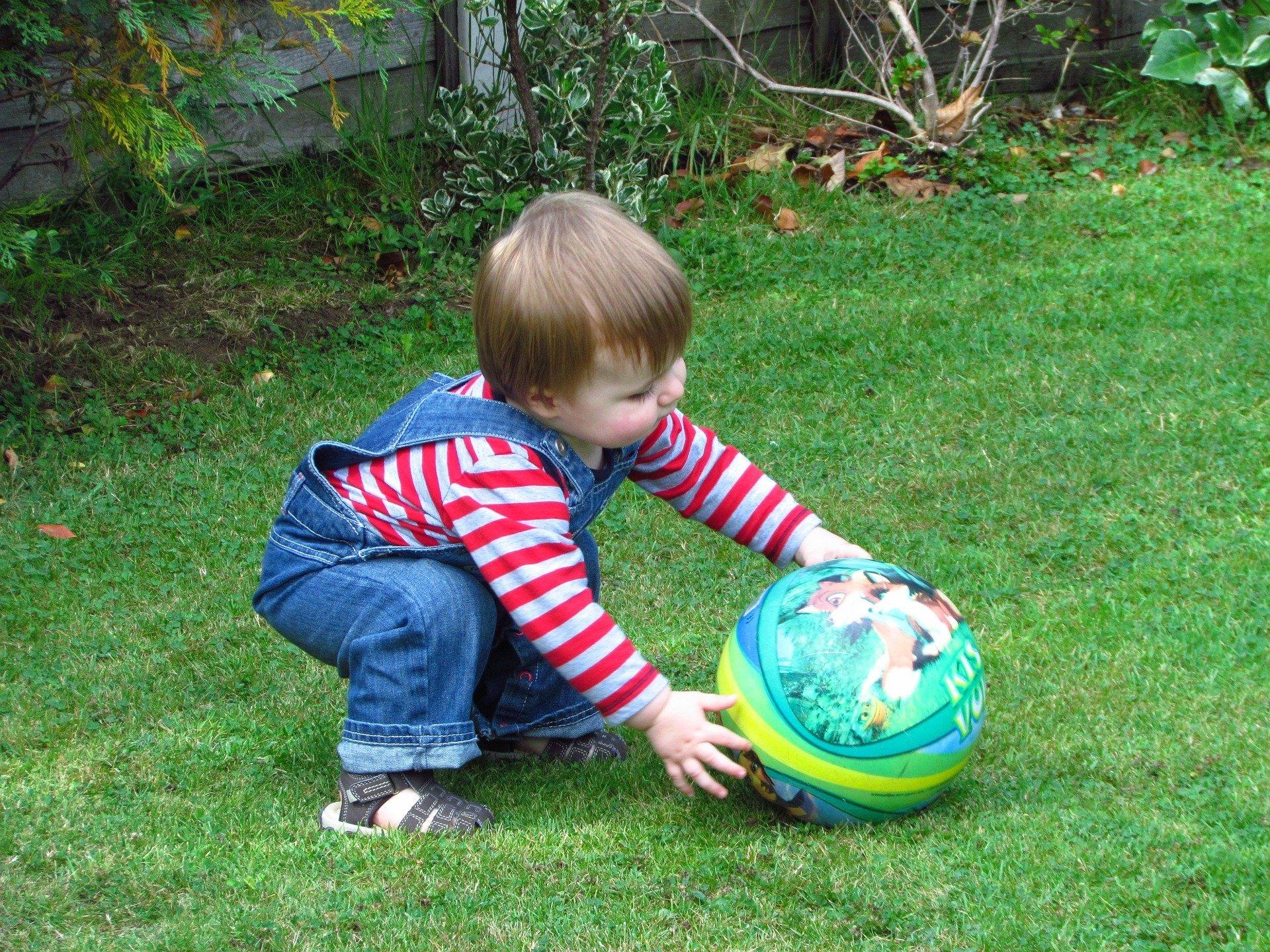 Zabawy dziecka na świeżym powietrzu