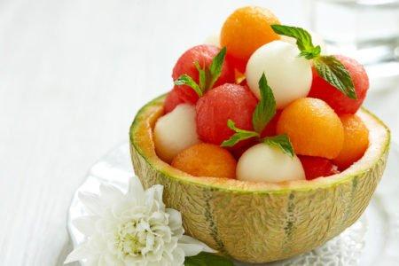 owoce w kształcie kulek - sałatka owocowa