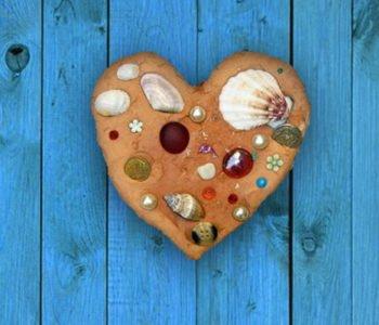 Serduszko z gliny i muszelek – pamiątka z wakacji