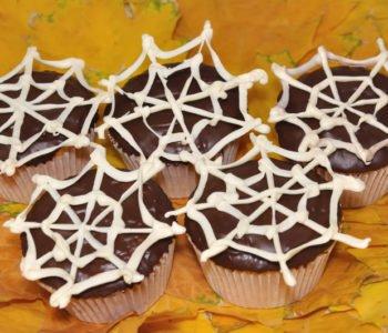 Przepis na dyniowe muffinki z czekoladą i pajęczyną
