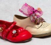 Wyścigi bucików wróżba andrzejkowa dla dzieci