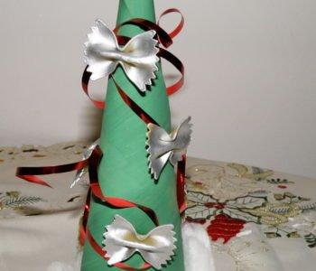 Choinka z kartonu z ozdobami z makaronu