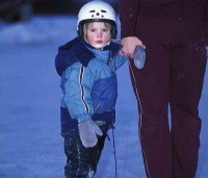 dziecko na łyżwach
