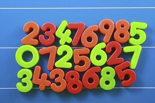 Tablica magnetyczna z kolorowymi liczbami do nauki matematyki