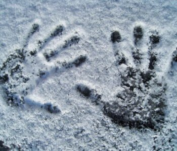 Dzieci bawią się na zimą na lodzie