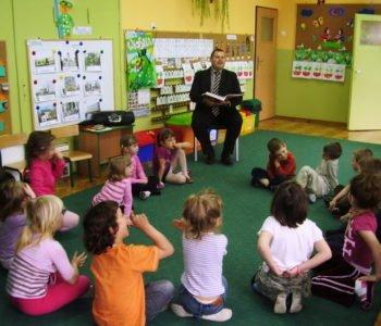Bibliotekarze-czytają-Bajki-w-Poddębicach