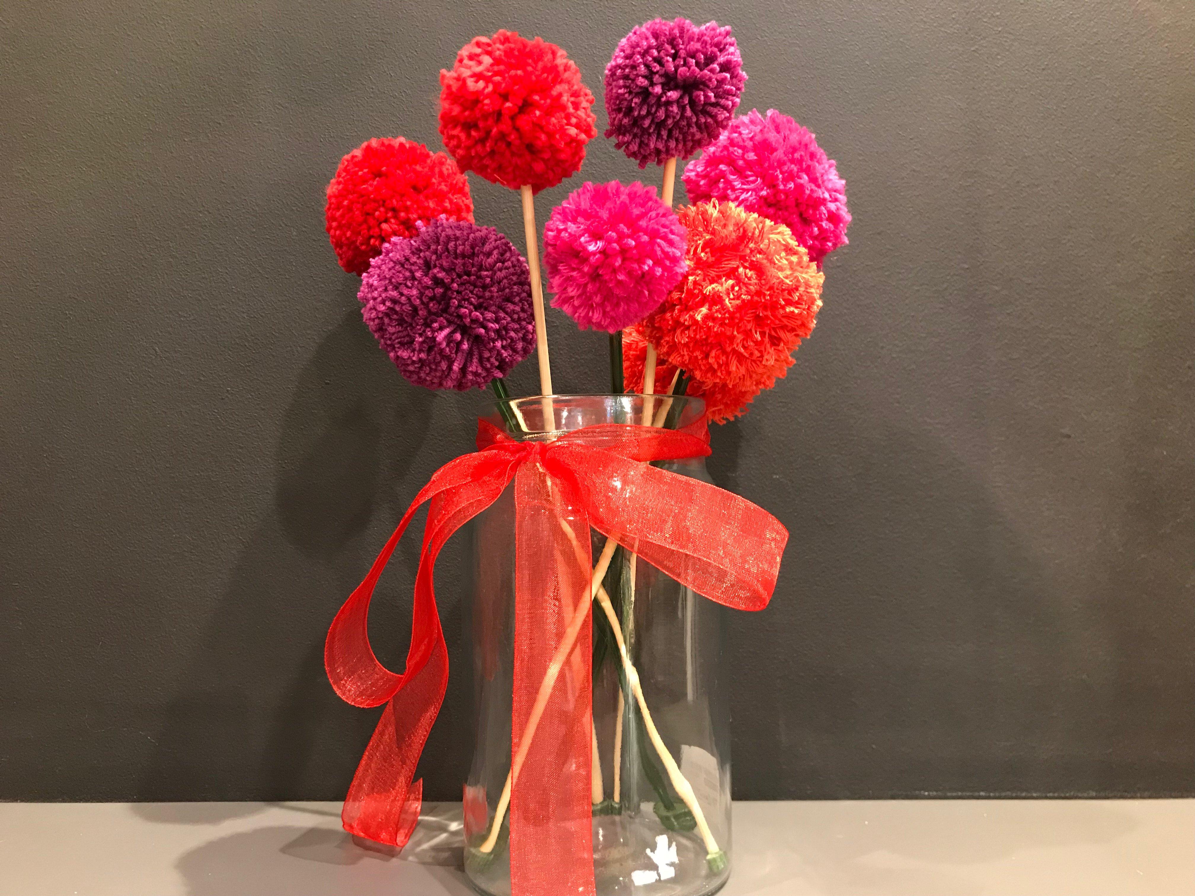 bukiet kwiatów z pomponów