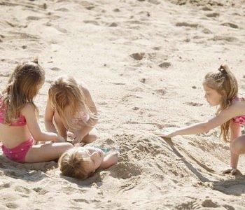 dzieci na plaży. Lato lato