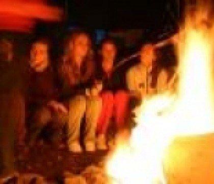 dzieci przy ognisku