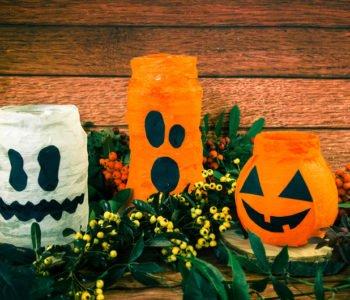 kolorowe świeczniki na Halloween