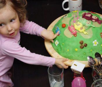 Przepis na efektowny tort urodzinowy dla dziecka