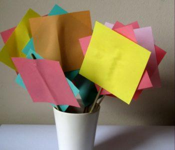 Papierowe kwadratowe kwiaty – bukiet z karteczek memo