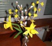 Wielkanocno-wiosenny-bukiet-z-bazi-forsycji-i-żonkili