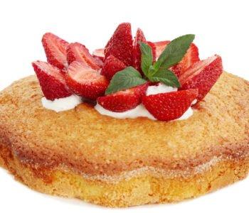 Przepis na lekki tort z bitą śmietaną i  truskawkami