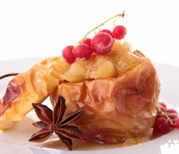 Przepis na pieczone jabłka z dżemem i brzoskwiniami z puszki