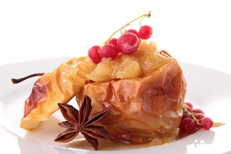 przepis na pieczone jabłka z dżemem i brzoskwiniami
