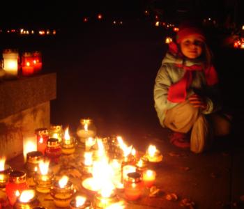 dziecko na cmentarzu
