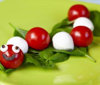 Przepis na gąsienicę z pomidorów i mozzarelli – wesoły pomidor