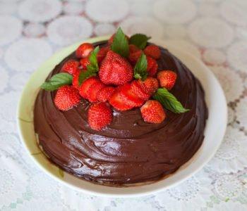 Przepis na tort – mus czekoladowo – truskawkowy – bez pieczenia